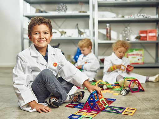 barn med magnetbrickor