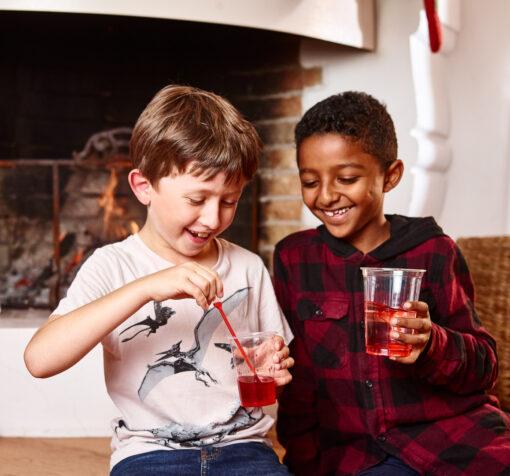 barn som leker med julkalender