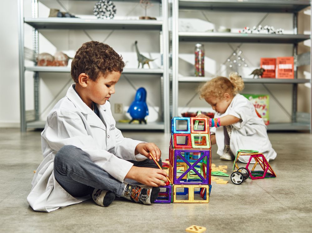 barn som leker med magnetiska brickor