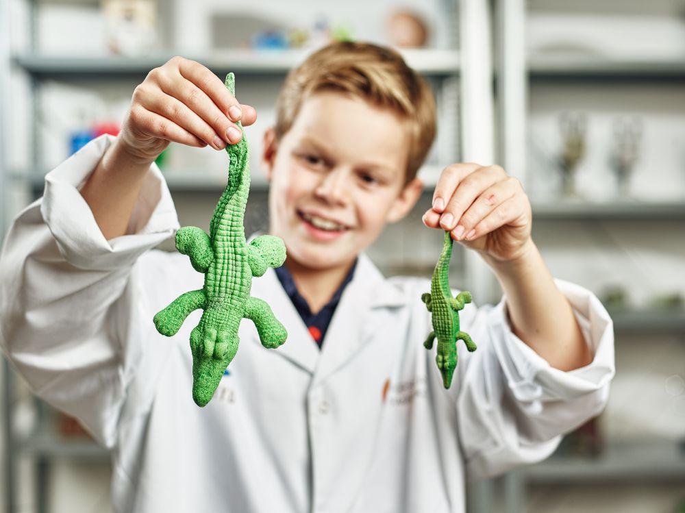 Barn med pedagogiska leksaker